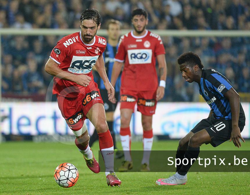 Club Brugge - KV Kortrijk : Benoit Poulain (links) aan de bal voor Abdoulay Diaby (r) <br /> Foto VDB / Bart Vandenbroucke