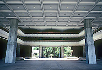 Honolulu: Hawaii State Capitol---entrance. Photo '82.