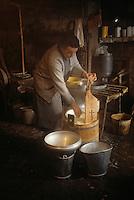 Europe/France/Auvergne/63/Puy-de-Dôme/Saint-Nectaire: Fabrication du Saint-Nectaire [Non destiné à un usage publicitaire - Not intended for an advertising use]<br /> PHOTO D'ARCHIVES // ARCHIVAL IMAGES<br /> FRANCE 1980