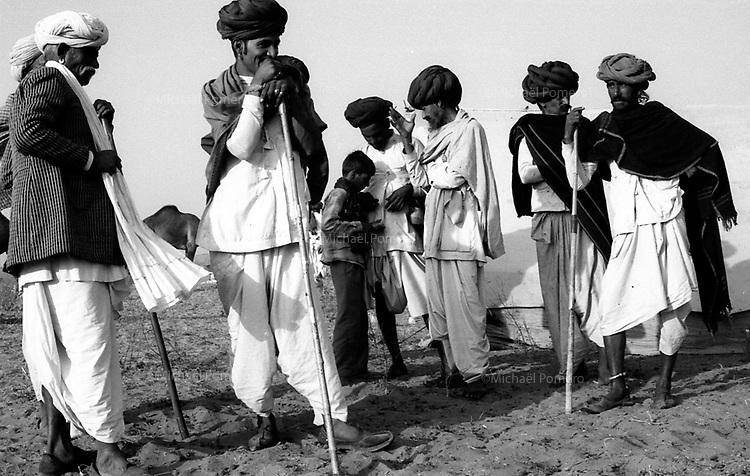 11.2008  Pushkar (Rajasthan)<br /> <br /> Owners of camels in the camp during the annual fair.<br /> <br /> Propriétaires de chameaux sur le camp pendant la foire annuelle.