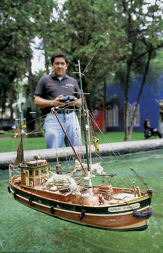 Remote control boat in Parque Lincoln, Polanco, Mexico City, September, 2005