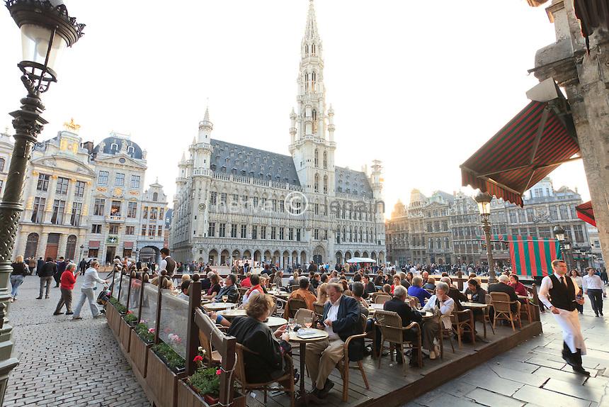 Belgique, Bruxelles, la Grand-Place, Grote Markt en néerlandais, classée au patrimoine mondial de l'UNESCO, terrasse de café et l'Hôtel de Ville derrière // Belgium, Brussels, the Grand Place, Grote Markt in Dutch, listed as World Heritage by UNESCO, cafe terrace and the City hall behind