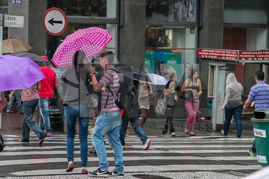 SÃO PAULO, SP, 04.12.2014 - CLIMATEMPO - CHUVA NA REGIÃO CENTRAL DE SÃO PAULO - Chuva moderada na região do Vale do Anhangabaú, no começo da tarde desta quinta - feira (4), em São Paulo. (Foto: Taba Benedicto/ Brazil Photo Press)
