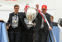 26.05.2013, Flughafen, Muenchen, GER, UEFA Champions League, Ankunft FC Bayern Muenchen, im Bild 26.05.2013, Flughafen, Muenchen, GER, UEFA Champions League, Ankunft FC Bayern Muenchen, im Bild Die Mannschaft des FC Bayern Muenchen bei der Ankunft am Flughafen Muenchen. Im Bild Philipp LAHM (FC Bayern Muenchen) und Trainer Jupp HEYNCKES (FC Bayern Muenchen) // during arrival of FC Bayern Munich // after the UEFA Champions League final match at the Airport Munich, Germany on 2013/05/26. EXPA Pictures © 2013, PhotoCredit: EXPA/ Eibner/ Wolfgang Stuetzle<br /> <br /> ***** ATTENTION - OUT OF GER ***** <br /> 25/5/2013 Wembley<br /> Football 2012/2013 Champions League<br /> Finale <br /> Borussia Dortmund Vs Bayern Monaco <br /> Foto Insidefoto
