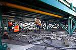 LEXMOND - Twee jaar na de primeur op de rondweg in Rotterdam is door Salverda opnieuw een stalen noodbrug op een snelweg geplaats om veilige wegwerkzaamheden te verrichten. In opdracht van Rijkswaterstaat is betononderhoudsspecialist Vogel deze week begonnen met het weghakken en vernieuwen van de voegovergangen op de snelweg A27 bij Lexmond. Hoewel de brug in grote lijnen identiek is aan die in Rotterdam is het geluid onder de stalen brug beduidend minder. Het ontbreken van een geluidswand naast de brug die het geluid van het verkeer boven het wegdek reflecteerde naar onder het wegdek, is daar waarschijnlijk de oorzaak van. COPYRIGHT TON BORSBOOM