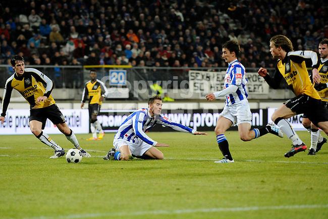 HEERENVEEN - Voetbal, SC Heerenveen - NAC , Eredivisie,  Abe Lenstra stadion, seizoen 2011-2012, 17-02-2012 SC Heerenveen speler Filip Djuricic (m) op weg naar de 1-0. Op de grond SC Heerenveen speler Bas Dost.