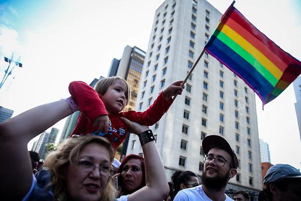 BRA104. SAO PAULO (BRASIL), 18/06/2017.- Una multitud se concentró al mediodía de este domingo 18 de junio de 2017, frente al Museo de Arte Moderno de Sao Paulo (Brasil), para dar inicio a la vigésima primera edición del Desfile del Orgullo Homosexual de la mayor ciudad brasileña, en la que son esperadas tres millones de personas. Los organizadores dijeron que, ante la gran multitud que ya estaba esperando en la emblemática Avenida Paulista la partida de la primera de las 19 carrozas que desfilarán unas seis horas por 3,5 kilómetros de las calles del centro de Sao Paulo, es muy probable que la previsión de tres millones de participantes sea superada. EFE/FERNANDO BIZERRA JR