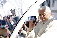 Papa Benedetto XVI saluta i fedeli durante la sua ultima udienza generale del mercoledi' alla vigilia del suo ritiro dal Pontificato, in Piazza San Pietro, Citta' del Vaticano, 27 febbraio 2013..Pope Benedict XVI waves to faithful during his last general Wednesday audience on the eve of his retirement from the Papacy, in St. Peter's square at the Vatican, 27 February 2013..UPDATE IMAGES PRESS/Riccardo De Luca -STRICTLY FOR EDITORIAL USE ONLY-