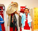 Nederland, Amsterdam, 2 mei 2012.Eredivisie .Seizoen 2011-2012.Ajax-VVV Venlo .Jan Vertonghen van Ajax schreeuwt het uit van vreugde in de kleedkamer met de schaal
