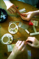 rollando spinelli in un coffeeshop..rolling joints in a coffeeshop.
