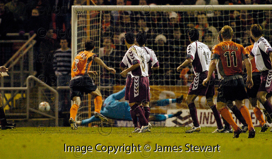 23/12/2006       Copyright Pic: James Stewart.File Name : sct_jspa14_dundee_utd_v_hearts.STEVEN BANKS PULLS OFF A WONDER SAVE FROM A BARRY ROBSON FREE KICK MOMENTS AFTER RECEIVING TREATMENT WHICH LOOKED LIKE HE WOULD HAVE TO COME OFF....James Stewart Photo Agency 19 Carronlea Drive, Falkirk. FK2 8DN      Vat Reg No. 607 6932 25.Office     : +44 (0)1324 570906     .Mobile   : +44 (0)7721 416997.Fax         : +44 (0)1324 570906.E-mail  :  jim@jspa.co.uk.If you require further information then contact Jim Stewart on any of the numbers above.........