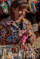 Strickende Frau in der Altstadt Ichan Qala, Chiwa, Usbekistan, Asien<br /> knitting woman in the  hitoric city Ichan Qala, Chiwa, Uzbekistan, Asia