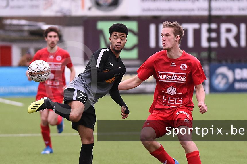 FC GULLEGEM - RC GENT :<br /> Gyamfi Kyeremeh (L) tracht Lauden Hugelier (R) te verschalken met een fantasietje<br /> <br /> Foto VDB / Bart Vandenbroucke