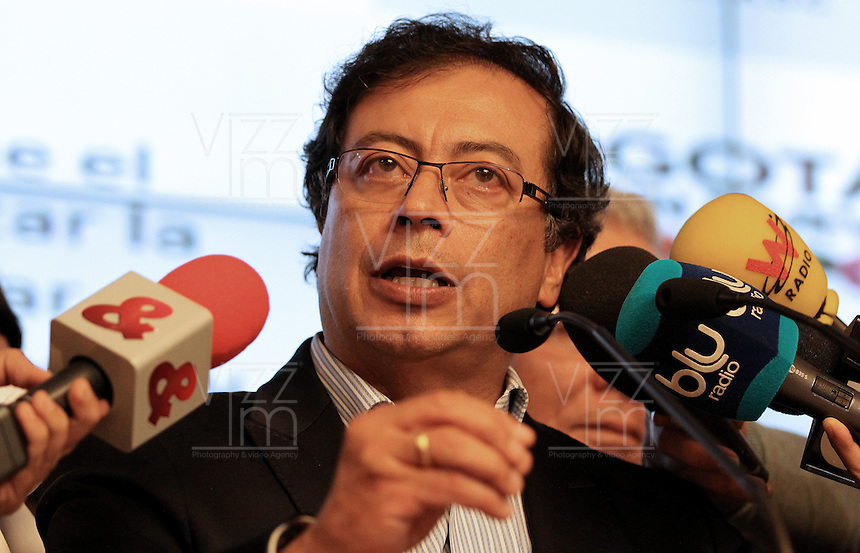 BOGOTÁ -COLOMBIA. 23-04-2014. El restituido alcalde Mayor de Bogotá, Gustavo Petro, se dirigió a los medios de comunicación en rueda de prensa hoy 23 de abril de 2014, en el Palacio de Liévano. Petro había sido retirado de su cargo tras una investigación de la Procuraduría General de la Nacion que también le impusó una inhabilidad para ejercer cargos públicos por 15 años. / The restituted mayor of Bogota, Gustavo Petro, spoke to the media in a press conference, today April 15 of 2014, at Lievano Palace. Petro had been removed from his post after an investigation of General National Attorney that also imposed a disability for 15 years to hold public office. Photo: VizzorImage / Nestor Silva / Cont