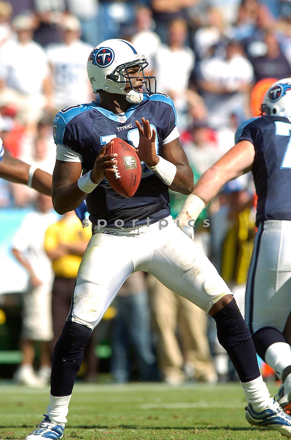 VINCE YOUNG, of the Tennessee Titans , during their game against the Dallas Cowboys on October 1, 2006 in Nashville, Tennessee...Cowboy win 45-14..David Durochik / SportPics.