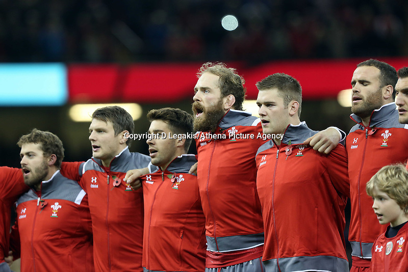 Pictured: Alun Wyn Jones of Wales (C) with team mates sing their national anthem. Saturday 08 November 2014<br />