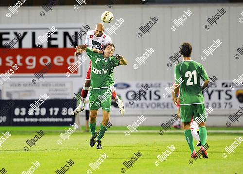 2012-08-18 / Voetbal / seizoen 2012-2013 / Antwerp - Tienen / Karel De Smet (Antwerp) klimt hoger dan Sebastien Dufoor..Foto: Mpics.be
