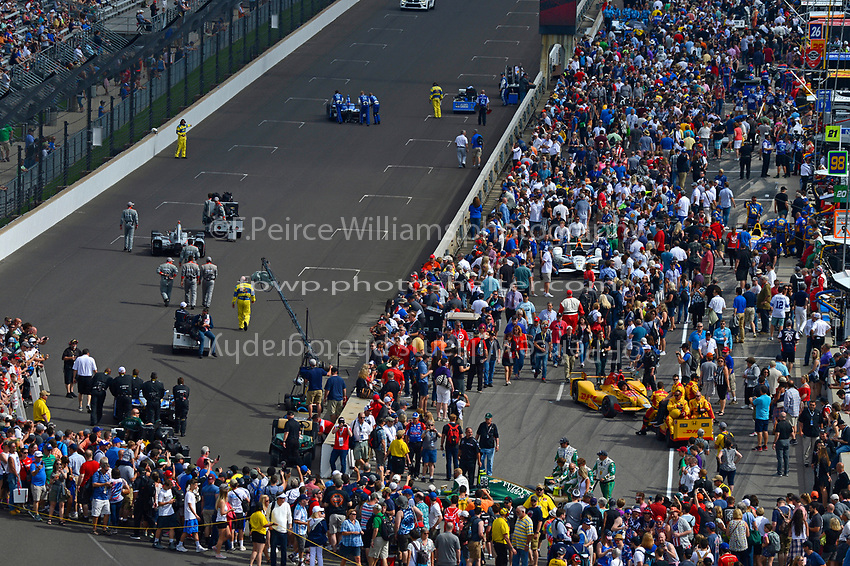 Verizon IndyCar Series<br /> Indianapolis 500 Race<br /> Indianapolis Motor Speedway, Indianapolis, IN USA<br /> Sunday 28 May 2017<br /> The cars move to the grid.<br /> World Copyright: F. Peirce Williams<br /> LAT Images