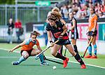 AMSTELVEEN  -Sosha Benninga (A'dam)  met Florentine Blom (Gro) .   Hoofdklasse hockey dames ,competitie, dames, Amsterdam-Groningen (9-0) .     COPYRIGHT KOEN SUYK