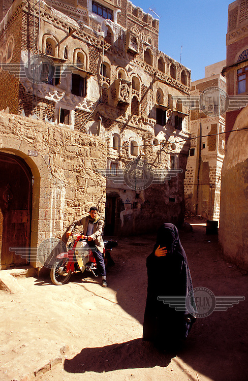 © Chris Stowers / Panos Pictures..Sana'a, YEMEN..A woman in a full-length veil in the Old City.