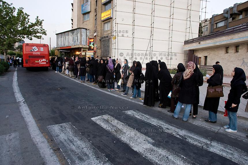 Donne Iraniane in attesa di salire su un autobus. Iranian women waiting at the bus station in Tehran.
