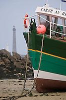 Europe/France/Bretagne/29/Finistère/Lilia:  Bateau goémonier sur la grève en fond le phare de l'Ile Vierge