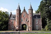 Nederland  Breukelen - Augustus 2018. Kasteel Nijenrode aan de Vecht. Rond 1275 liet Gerard Splinter van Ruwiel hier een eerste kasteel bouwen. In 1946 vestigde de Stichting Nijenrode, Instituut voor Bedrijfskunde zich in het kasteel, dat in 1950 door de stichting werd aangekocht. In 1982 veranderde de naam in Universiteit Nijenrode, totdat eind jaren 1990 de ij vervangen werd door de y. Sinds 2005 staat de universiteit bekend als Nyenrode Business Universiteit.  Foto Berlinda van Dam / Hollandse Hoogte