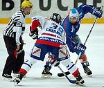 Eishockey, DEL, Deutsche Eishockey Liga 2003/2004 , 1.Bundesliga Arena Nuernberg (Germany) Nuernberg Ice Tigers - Iserlohn Roosters (7:2) Bully: rechts hinten Scott King (Iserlohn), vorne Thomas Geilinger (IceTigers)