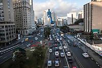 SÃO PAULO, SP, 22/09/214 - DIA MUNDIAL SEM CARRO/ MOVIMENTAÇÃO/ TRÂNSITO/ REGIÃO CENTRAL - No dia mundial sem carro movimentação de veículos durante o final da tarde desta segunda-feira (22) na região central de São Paulo, (Foto: Taba Benedicto/ Brazil Photo Press)