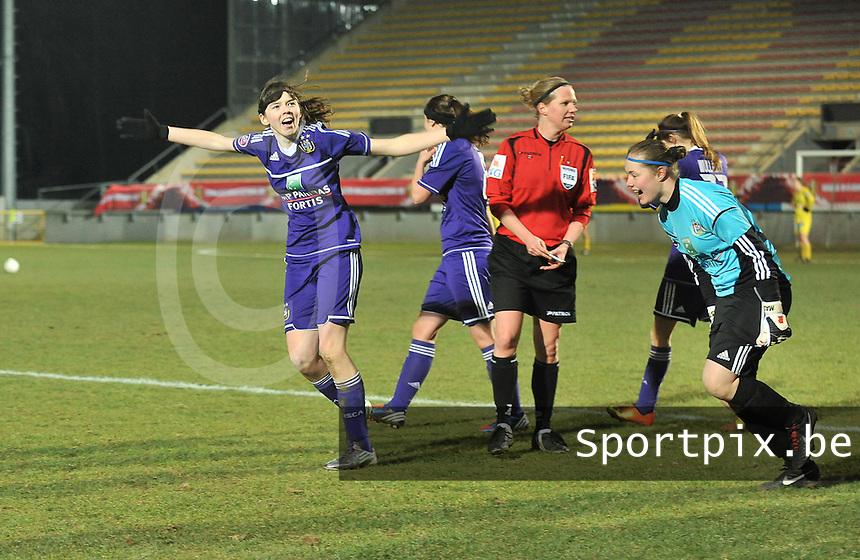 Waasland Beveren Sinaai Girls - RSC Anderlecht : Julie Van Gysel weet geen blijf met haar blijdschap.foto DAVID CATRY / Nikonpro.be