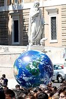 Globe<br /> Rome April 19th 2019. Fridays for Future Climate Strike in Rome, Piazza del Popolo.<br /> photo di Samantha Zucchi/Insidefoto