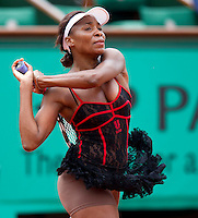 Venus Williams (USA) (2) against Arantxa Parra Santonja (ESP) in the second round of the women's singles. Venus Williams beat Arantxa Parra Santonja 6-2 6-4..Tennis - French Open - Day 4 - Wed 26 May 2010 - Roland Garros - Paris - France..© FREY - AMN Images, 1st Floor, Barry House, 20-22 Worple Road, London. SW19 4DH - Tel: +44 (0) 208 947 0117 - contact@advantagemedianet.com - www.photoshelter.com/c/amnimages