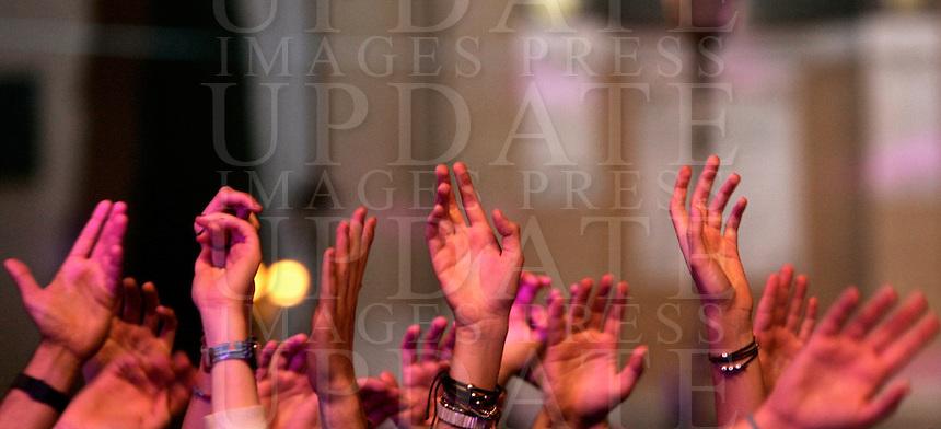 Folla di fans per il tradizionale concerto del Primo Maggio organizzato da Cgil, Cisl e Uil in piazza San Giovanni, Roma, 1 maggio 2011..Fans crowd St. John in Lateran's Square, Rome, 1 may 2011, for the traditional May Day concert..UPDATE IMAGES PRESS/Riccardo De Luca