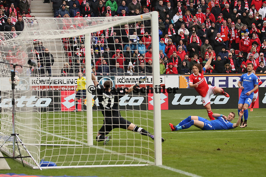 Christian Mathenia (Darmstadt) hält gegen Julian Baumgartlinger (Mainz) - 1. FSV Mainz 05 vs. SV Darmstadt 98, Coface Arena