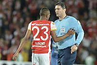 BOGOTÁ - COLOMBIA -29-09-2015: Dario Ubriaco (URU), arbitro, reconviene a Luis Quiñones (Izq) durante el encuentro de vuelta entre Independiente Santa Fe (COL) y Emelec (ECU) por octavos de final, llave C, de la Copa Sudamericana 2015 jugado en el estadio Nemesio Camacho El Campín de la ciudad de Bogota./ Dario Ubriaco (URU), referee, admonishes to Luis Quiñones (L) during secong leg match between Independiente Santa Fe (COL) and Emelec (ECU) for the knockout stages, key C, of the Copa Sudamericana 2015 played at Nemesio Camacho El Campin stadium in Bogota city.  Photo: VizzorImage/ Gabriel Aponte /Staff