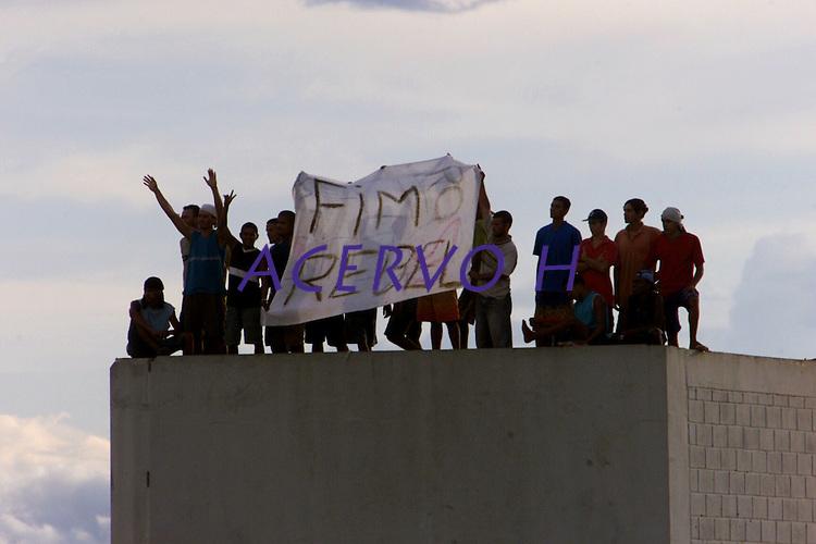 Após vários dias de revolta os detentos do presídio Dr. José Mario Alves da Silva, conhecido como Urso Branco resolvem encerrar a rebelião e anunciam com uma faixa em cima da principal caixa dágua do local. Os 1.000 presos se rebelaram desde o último domingo. Até o momento 9 mortes já foram confirmadas  desde sexta feira passada, .<br />22/04/2004.<br />Porto Velho, Rondônia Brasil<br />Foto Paulo Santos/Interfoto