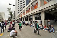ATENÇÃO EDITOR FOTO EMBARGADA PARA VEÍCULOS INTERNACIONAIS - SAO PAULO, SP, 04 DE NOVEMBRO DE 2012 – ENEM SP: Estudantes chegam para a realização do Exame Nacional do Ensino Médio (ENEM) na Unip do bairro de Santo Amaro, zona sul da cidade na manhã deste domingo (4). FOTO: LEVI BIANCO - BRAZIL PHOTO PRESS