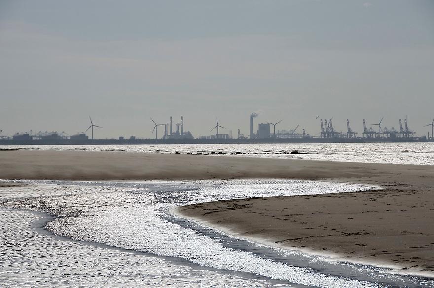 12april2015<br /> De zandmotor bij Monster met uitzicht op de havens en industrie van de Maasvlakte.<br /> <br /> (c)renee teunis