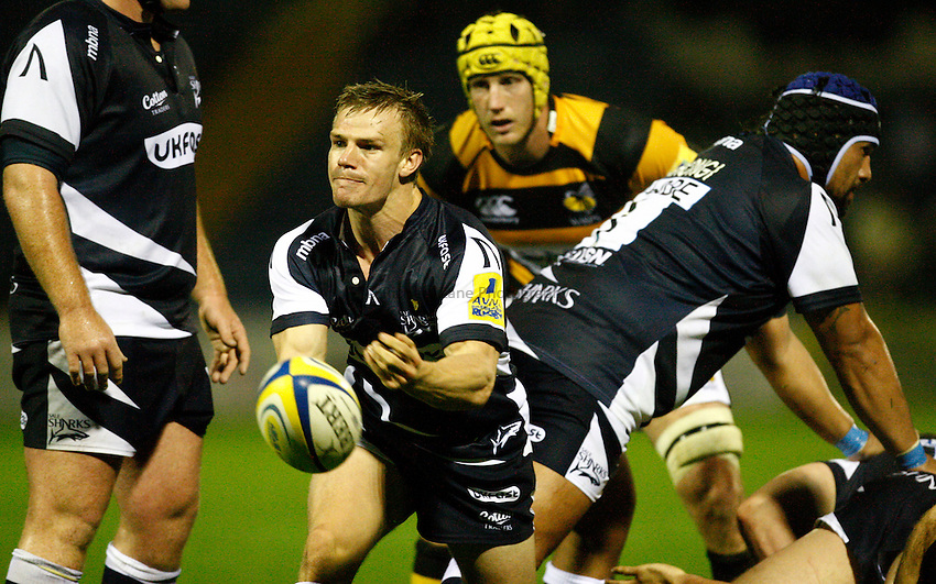 Photo: Richard Lane/Richard Lane Photography. Sale Sharks v London Wasps. Aviva Premiership. 01/10/2010. Sale's Dwayne Peel passes.