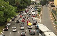 ATENCAO EDITOR: FOTO EMBARGADA PARA VEICULO INTERNACIONAL - SAO PAULO, SP, 26 NOVEMBRO 2012 - TRANSITO EM SAO PAULO MANHA -  Excesso de veiculos deixa o transito engarrafado na av 23 de maio  nessa manha no sentido zona sul na regiao da Liberdade zona central da capital paulista nessa segunda, 26. (FOTO: LEVY RIBEIRO / BRAZIL PHOTO PRESS)