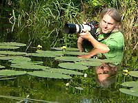 Naturfotograf, Natur-Fotograf, Fotograf bei der Arbeit, zum fotografieren von Wassertieren und Waserpflanzen im Wasser stehend, Autor, Autorenfoto