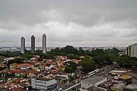 ATENCAO EDITOR FOTO EMBARGADA PARA VEICULOS INTERNACIONAIS. - SAO PAULO, SP, 30 DE NOVEMBRO DE 2012 – Fim de tarde no bairro Jardim Marajoara, na regiao sul da capital paulista, nesta sexta, 30. FOTO ANDREIA TAKAISHI BRAZIL PHOTO PRESS.