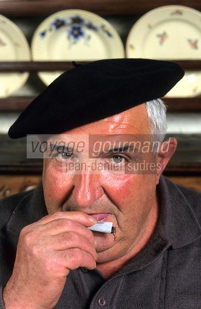 Europe/France/Aquitaine/64/Pyrénées-Atlantiques/Barcus: Michel Irigoyen roulant une cigarette (AUTORISATION N° 64)<br /> PHOTO D'ARCHIVES // ARCHIVAL IMAGES<br /> FRANCE 1990