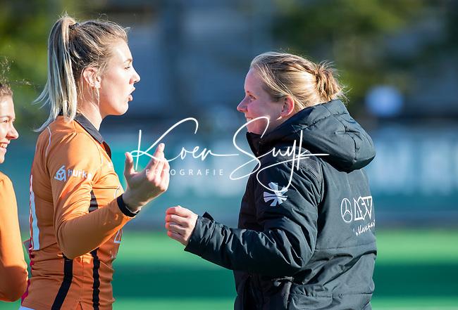 Laren - assistent coach Kiki de Ruiter (OR)  met Valerie Magis (OR) tijdens de Livera hoofdklasse  hockeywedstrijd dames, Laren-Oranje Rood (1-3).  COPYRIGHT KOEN SUYK