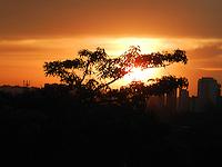 SAO PAULO - SP - 21 DE SETEMBRO DE 2013 - CLIMA/TEMPO, tarde de quente na capital, na região de Pinheiros, entardecer na Praça do Pôr do Sol. FOTO: MAURICIO CAMARGO / BRAZIL PHOTO PRESS.