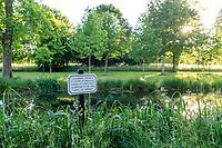 France, Maine-et-Loire (49), Brissac-Quincé, château de Brissac, ruisseau de Montayer le soir et citation sur un  panneau