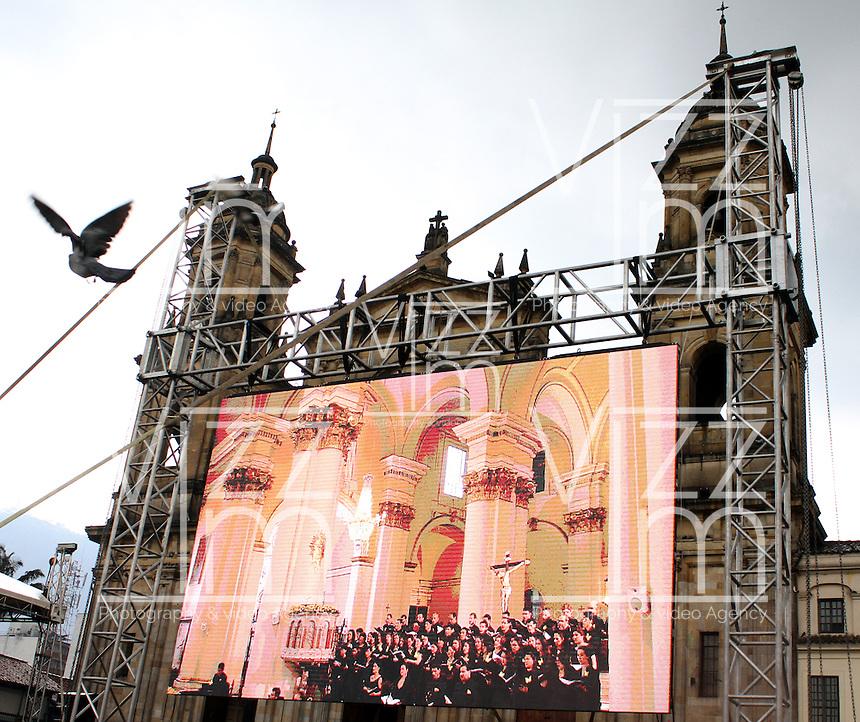 BOGOTA -COLOMBIA. 22-04-2014. Homenaje y despedida a Gabriel Garcia Marquez, Premio Nobel de literatura fallecido en Mexico 1927-2014.  en La Catedral Primada de Bogota / Tribute and farewell to Gabriel Garcia Marquez, Nobel Prize in literature died in Mexico from 1927 to 2014. in the Cathedral of Bogota  Photo: VizzorImage/ Felipe Caicedo / Staff