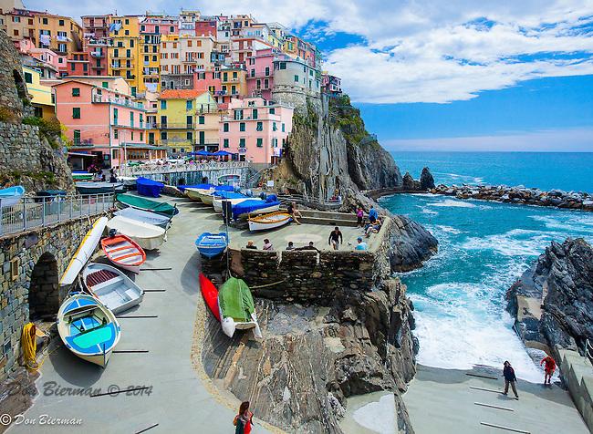 People enjoring Manarola's small  harbor. Cinque Terre, Italy.
