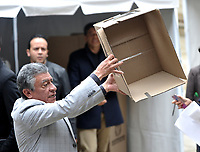 BOGOTÁ – COLOMBIA, 27-05-2018: Jurado muestra la urna vacía, antes de empezara la jornada de elecciones Presidenciales para el periodo 2018-2022. / Jury shows the empty ballot box, before starting the day of Presidential elections in the period 2018-2022. Photo: VizzorImage/ Luis Ramirez / Staff.