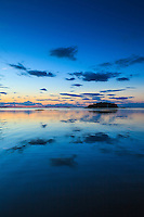 Molnspeglig i spegelblankt vatten i Jungfrufjärden Stockholms skärgård